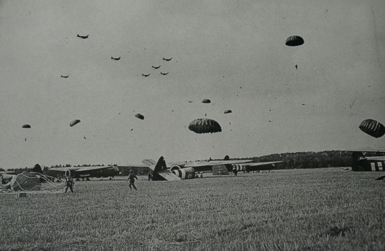 Army At War Arnhem Paratroops And Gliders
