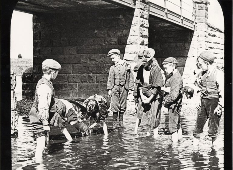 Children Paddling In River 1904 To 1906