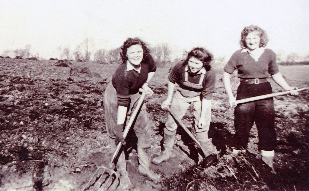Women Land Army Digging Field